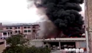 SJL: reportan incendio de grandes proporciones en un almacén
