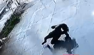 VES: delincuentes asaltan a mujer y la arrojan al suelo para quitarle sus pertenencias