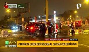 Breña: camioneta queda destrozada tras chocar violentamente contra semáforo