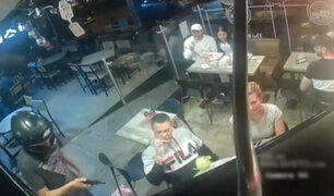 ¡Insólito! Hombre sigue comiendo mientras delincuentes asaltaban restaurante