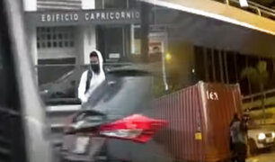 Peatones arriesgan su vida por cierre de puente en la avenida Javier Prado
