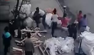 A manotazos, jalones y tablazos se agarraron un grupo de mujeres en El Agustino