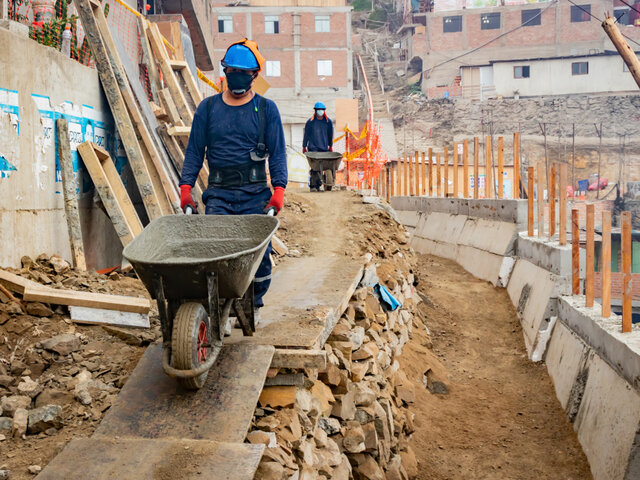 SMP: Construyen muros de contención en parte alta de cerros