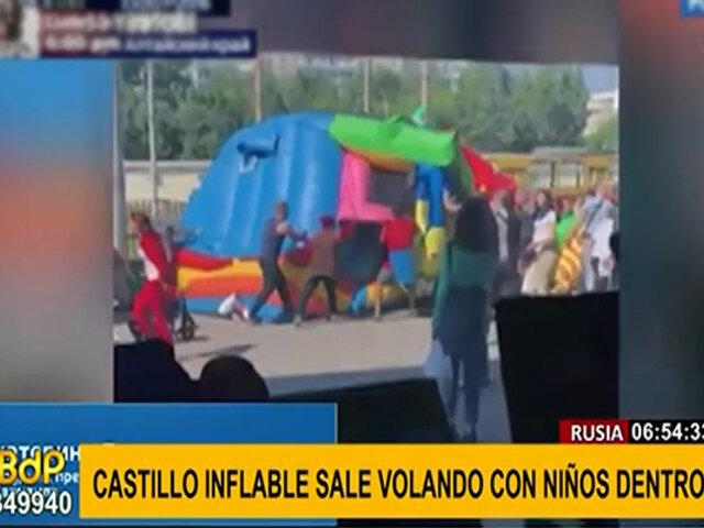 ¡Increíble! Castillo inflable se eleva varios metros en el aire con niños dentro