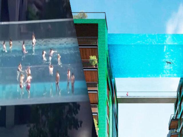Inauguran piscina suspendida entre dos edificios a 30 metros de altura