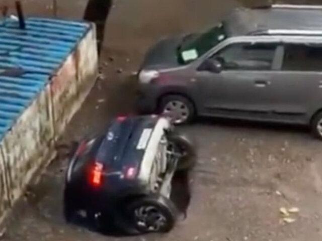 """¡Increíble! Auto estacionado es """"tragado"""" por la tierra en cuestión de segundos"""