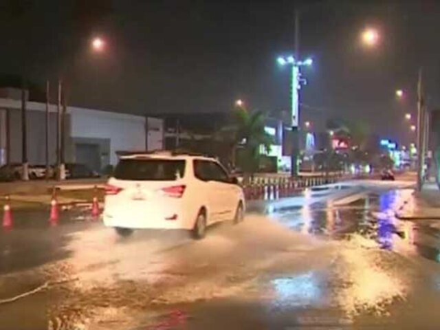 Rotura de tubería matriz  inundó varias viviendas en La Molina