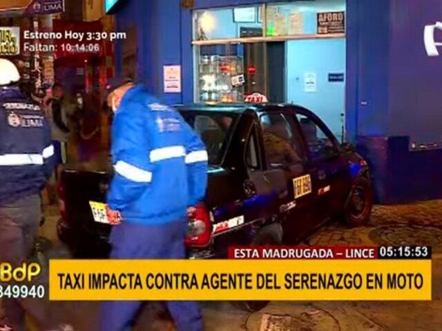 Lince: taxi choca contra agente del serenazgo y luego impacta contra fachada de funeraria