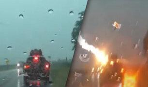 Rayó impacta una camioneta en plena carretera