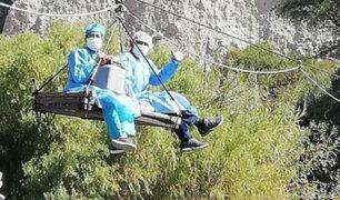Arequipa: enfermeros cruzan ríos en andarivel para llegar a zonas lejanas y vacunar a pobladores