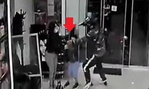 Delincuentes encañona a un niño durante asalto a peluquería en Jesús María