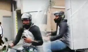 Motociclista lleva refrigeradora atada a su espalada