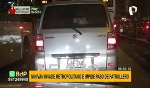Miniván impide paso de patrullero e invade vía del Metropolitano