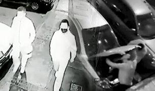 """Los Olivos: cámara capta a ladrones usando """"peinetas"""" para robar autopartes"""