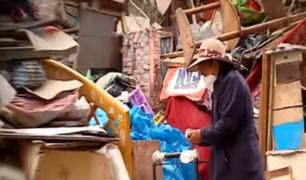 SJL: vecinos denuncian que madre e hija viven entre montañas de basura