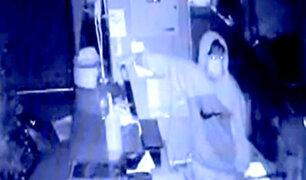 Delincuentes prenden la luz para robar mejor en pollería de Los Olivos