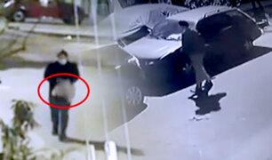 Santa Anita: sujeto roba autopartes de vehículo estacionado en la calle