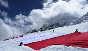 Áncash: bandera del Bicentenario ya está en la cumbre del nevado Huascarán