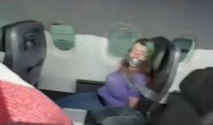 Amarran a pasajera de avión a su asiento por intentar abrir puerta en pleno vuelo