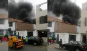 SJM: pese al esfuerzo de bomberos y trabajadores incendio consumió fábrica de esponjas