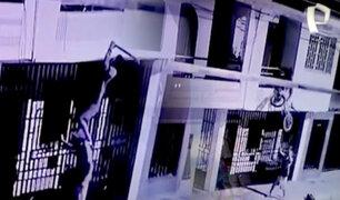 Tumbes: delincuente se trepa en cómplice para subir a segundo piso y robar bicicleta