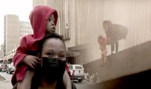 Sudáfrica: salvan a bebé lanzándola del segundo piso de supermercado en llamas
