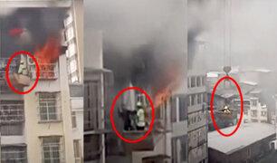 ¡Héroes! obreros rescatan a niño de incendio en China