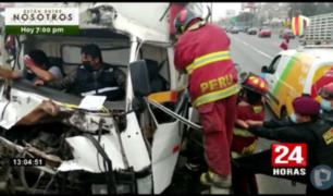 Surco: rescatan a dos personas atrapadas tras choque de furgoneta