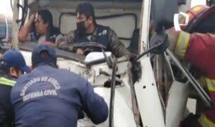 Dramático rescate de chofer y copiloto que quedaron atrapados tras accidente