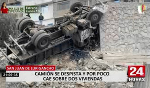 SJL: camión se despista y por poco cae sobre dos viviendas
