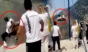 Columpio del terror: dos turistas casi caen al abismo por fallas en un juego
