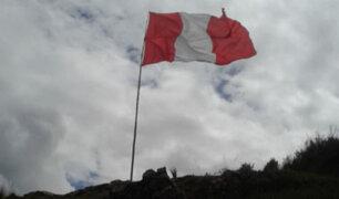 Bicentenario: izan gigantesca bandera peruana en el histórico cañón de Cuchis en Pasco