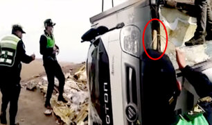 Arequipa: hallan droga camuflada en furgoneta volcada en carretera