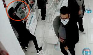Comas: cámara capta a pareja robando celulares de un mostrador de una tienda
