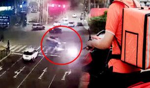 Surco: motocicleta explota tras impactar violentamente con una camioneta