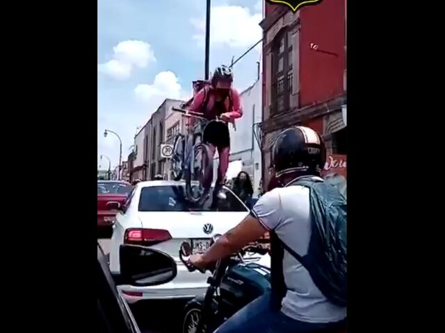 Ciclista pasa por encima de auto que no respetó la ciclovía