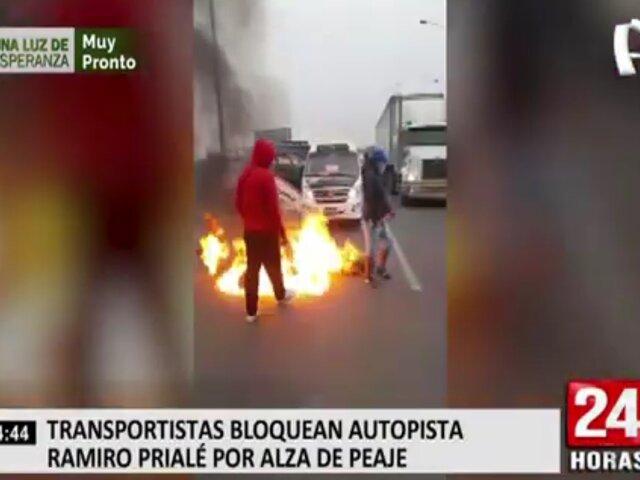 Transportistas bloquean autopista Ramiro Prialé por alza de peaje