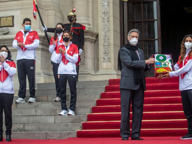 Francisco Sagasti entregó bandera peruana a delegación que nos representará en Tokio 2020