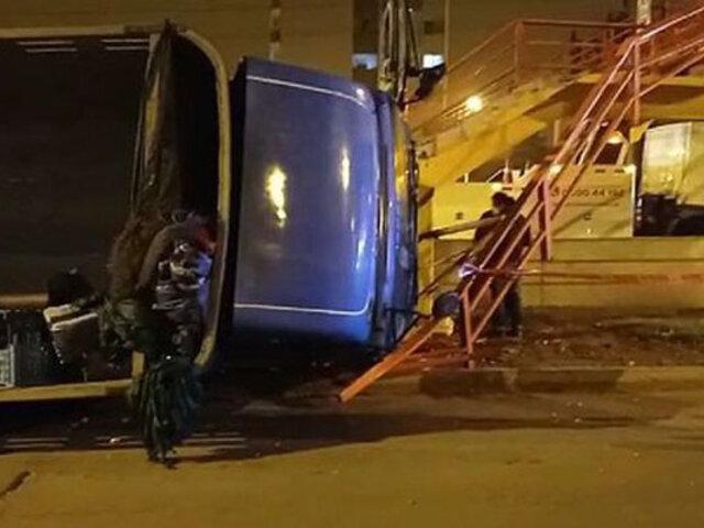 Surco: camión de carga se despista e impacta contra puente peatonal
