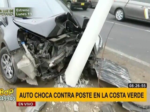 Costa Verde: poste de alumbrado público quedó suspendido tras ser impactado por auto