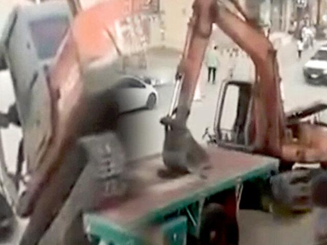 Conductor muestra su destreza al bajar excavadora de camión sin rampa