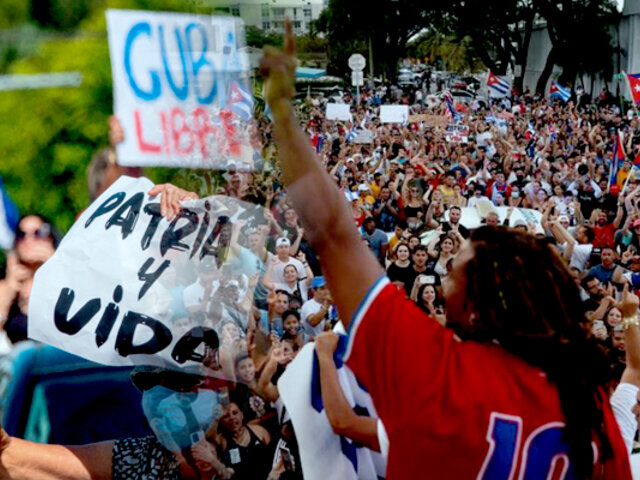EEUU: corean y lloran durante concierto en Miami en apoyo a las protestas en Cuba