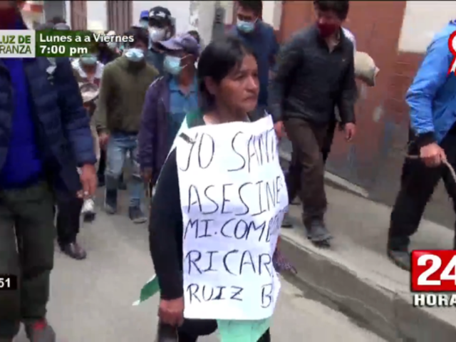 Chota: rondas pasean con cartel a presunta autora intelectual de homicidio