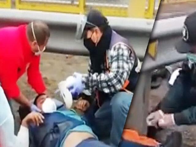 SJM: Aparatoso choque entre una camioneta y moto deja dos heridos
