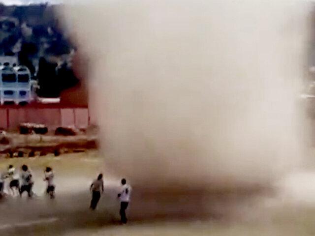 Remolino de arena irrumpe en partido de fútbol en Bolivia