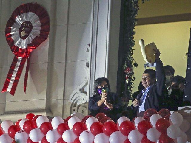 Pedro Castillo brindó balconazo en Plaza San Martín tras recibir credencial del JNE