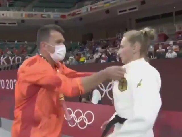Tokio 2020: entrenador de judoca alemana causa polémica tras propinarle bofetadas para motivarla