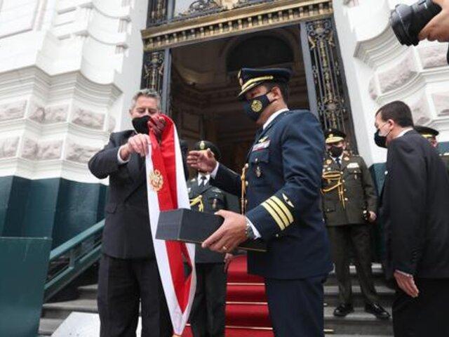 "Congreso: ""Francisco Sagasti optó por entregar la banda presidencial al edecán"""