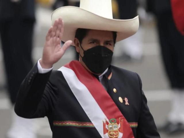"""José Valdivia sobre vestimenta de Castillo: """"Debió ser más peruanista y marcar la pauta nacionalista"""""""