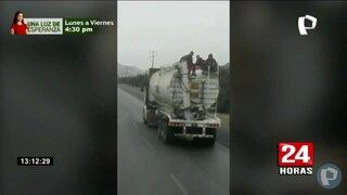 Graban a personas viajando sobre una cisterna de GLP
